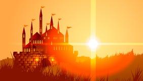 Castello fra il campo al tramonto Fotografie Stock