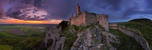 Castello frequentato - vista panoramica immagini stock libere da diritti