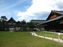 Castello giapponese tradizionale con i palazzi ed i giardini a Kyoto Fotografie Stock Libere da Diritti
