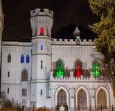 Castello gotico bianco con le finestre colorate alla notte Fotografia Stock