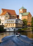 Castello gotico da un fiume. Immagini Stock Libere da Diritti