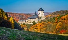 Castello gotico vicino a Praga, il castello più famoso di Karlstejn in repubblica Ceca fotografia stock libera da diritti