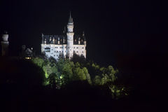 Castello il Neuschwanstein alla notte Fotografie Stock Libere da Diritti