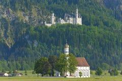 Castello il Neuschwanstein e st Coloman della chiesa fotografia stock libera da diritti