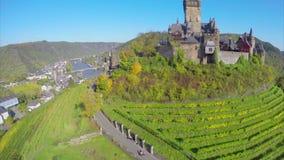 Castello leggiadramente in valle verde, colline della vite, villaggio dei ponti del fiume video d archivio