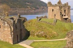 Castello a Loch Ness in Scozia fotografie stock libere da diritti