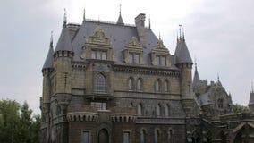 Castello medievale in buon tempo nell'estate, giorno, piano statico archivi video