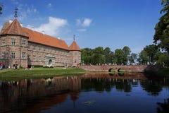 Castello medievale con il lago Immagine Stock