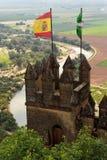 Castello medievale di Almodovar Del Rio con le bandiere della Spagna e dell'Andalusia Immagini Stock Libere da Diritti