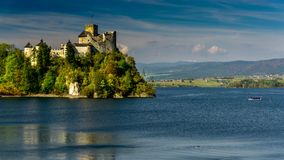 Castello medievale di Dunajec in Niedzica dal lago Czorsztyn, Polonia archivi video