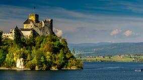 Castello medievale di Dunajec in Niedzica dal lago Czorsztyn, Polonia video d archivio