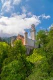 Castello medievale il Neuschwanstein Intorno al cielo blu ed alle alpi Fotografie Stock