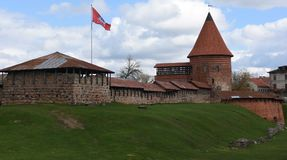 Castello medievale a Kaunas, Lituania con il volo della bandiera immagine stock