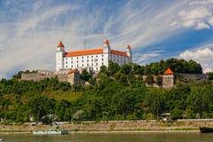 Castello medievale sulla collina contro il cielo, Fotografia Stock Libera da Diritti