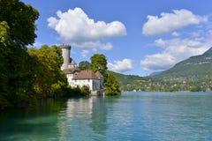 Castello medievale sulle rive del lago Annecy fotografia stock