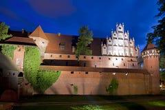 Castello medioevale alla notte fotografie stock libere da diritti