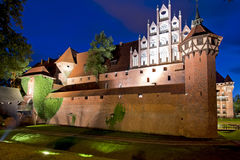 Castello medioevale alla notte fotografia stock