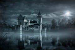 Castello mistico dell'acqua nella luce della luna Immagine Stock