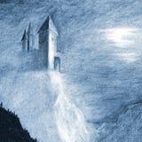 Castello mistico solo sulla scogliera sopra il mare Immagine Stock