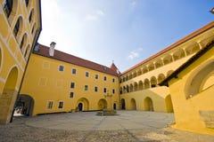 Castello Mokrice in Slovenia - corte interna fotografie stock libere da diritti
