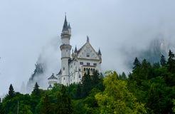 Castello nella nebbia - Bavaira - Germania del Neuschwanstein Immagini Stock Libere da Diritti