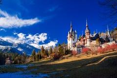 Castello nelle montagne di Carpathians, Romania di Peles immagine stock libera da diritti