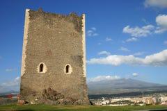 Castello normanno in Sicilia e vulcano Etna Immagini Stock