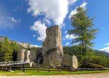 Castello o castello Buchenstein sotto il passo Di Lana, Livinallongo, Immagine Stock
