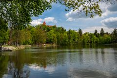 Castello, parco e stagno di Konopiste, a primavera, Benesov, repubblica Ceca immagine stock