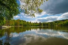 Castello, parco e stagno di Konopiste, a primavera, Benesov, repubblica Ceca immagini stock