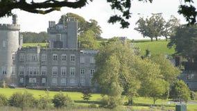Castello pubblico irlandese famoso, Dromoland e club di golf, contea Clare, Irlanda video d archivio