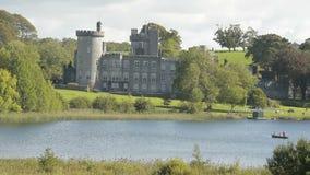 Castello pubblico irlandese famoso, Dromoland e club di golf, contea Clare, Irlanda stock footage