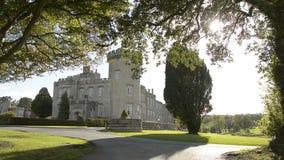 Castello pubblico irlandese famoso, Dromoland e club di golf, contea Clare, Irlanda archivi video