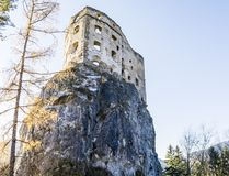 Castello reale di Likava - pareti distrutte della fortezza sulla roccia immagine stock libera da diritti
