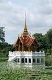 Castello reale tailandese in mezzo di acqua Fotografie Stock