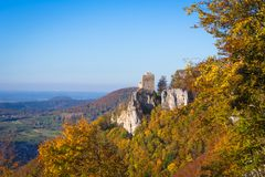 Castello Reussenstein con i leafes variopinti in autunno Immagine Stock
