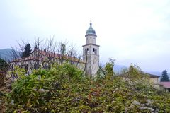 Castello Rihenberk Kras di regione di Gorica Karst Primorska di vista del villaggio di Branik Slovenia Fotografie Stock Libere da Diritti