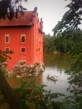 Castello rosso con l'imbarcazione a remi Immagine Stock Libera da Diritti