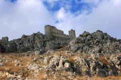 Castello rovinato sulla montagna Fotografia Stock Libera da Diritti