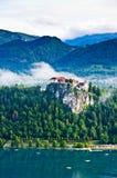Castello sanguinato fra il lago e le montagne Fotografia Stock Libera da Diritti