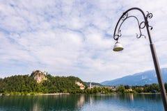 Castello sanguinato nel lago sanguinato in Slovenia con la lampada di via Fotografie Stock Libere da Diritti