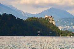 Castello sanguinato su una scogliera sopra il lago Fotografia Stock