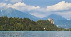 Castello sanguinato su una scogliera sopra il lago Immagine Stock