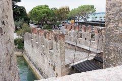 Castello Scaligero吊桥通过在先生的水 库存照片