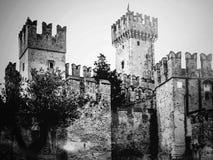 Castello Scaligero in Sirmione vicino alla polizia del lago Fotografia Stock