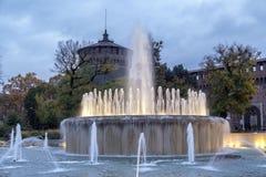Castello Sforzesco和喷泉晚上在米兰 库存图片