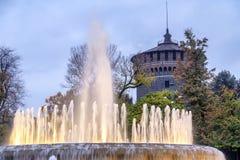 Castello Sforzesco和喷泉晚上在米兰 免版税库存图片
