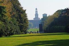 Castello-Sforzesco在一个安静的绿色公园 免版税库存照片