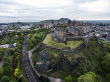Castello storico della città di Edimburgo sul colpo aereo 5 di giorno nuvoloso della roccia immagine stock libera da diritti