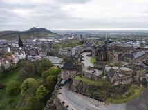 Castello storico della città di Edimburgo sul colpo aereo 2 di giorno nuvoloso della roccia immagini stock libere da diritti
